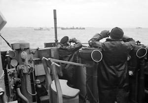 Oficiales en el puente de un destructor en labores de escolta de convoy vigilando la posible aparición de submarinos enemigos durante la Batalla del Atlántico, octubre de 1941